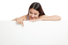 Young Asian woman point down behind a blank sign Stock Photography