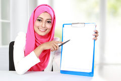 Young asian woman showing blank document Royalty Free Stock Photography