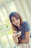 Young asian woman using smart phone in cafe Royalty Free Stock Photos