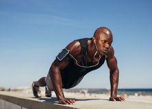 Young athletic man doing push-ups Royalty Free Stock Images