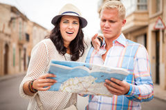 Young attractive tourist couple with city map in summer Royalty Free Stock Photos