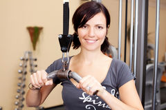 Young attractive woman exercising in the gym Royalty Free Stock Photos