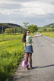 Young attractive woman hitchhiking Royalty Free Stock Photography