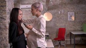 tret-video-lesbi-v-ofise-klassniy-minet