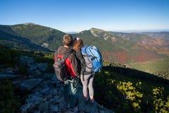 Young backpackers couple enjoying beautiful landscape Royalty Free Stock Photos