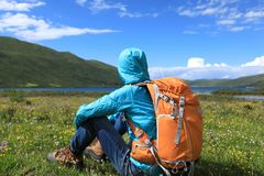 Backpacking woman hiking in mountains Royalty Free Stock Photography