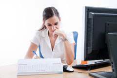 Young beautiful business lady behind the desk Royalty Free Stock Photos