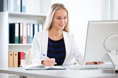 Young beautiful business woman with computer royalty free stock photos