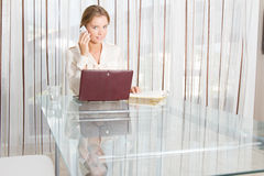 Young beautiful business woman working with laptop i Royalty Free Stock Photography