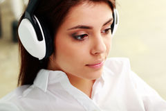 Young beautiful businesswoman listening music Royalty Free Stock Photos