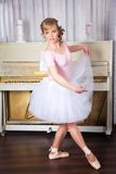 Young beautiful dancer posing in dance studio Stock Photography