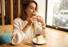 Young beautiful woman drinking latte in cafe Royalty Free Stock Photos