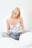 Young beautiful woman reading book Royalty Free Stock Photography