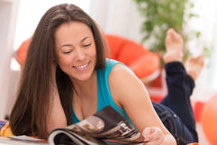 Young beautiful woman reading at home Royalty Free Stock Photos