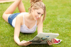Young beautiful woman reading newspaper Royalty Free Stock Photography