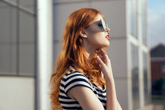 Young beautiful woman in sunglasses walking in a megacity Royalty Free Stock Photography
