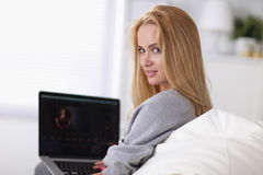 Young beautiful woman using a laptop computer at Royalty Free Stock Photography