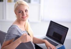 Young beautiful woman using a laptop computer at Royalty Free Stock Photos