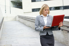A young blond businesswoman is working outdoors Royalty Free Stock Photos