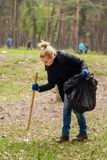 Woman volunteer collecting garbage in park Royalty Free Stock Photos