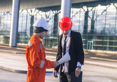 Young boss and worker in conversation discussing construction pr Royalty Free Stock Images