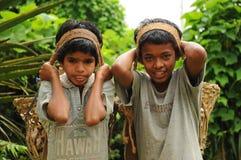 Young Boys-Arbeit hart als Träger, Indien lizenzfreie stockfotografie