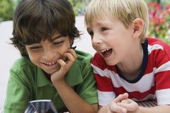 Young Boys avec le téléphone portable Image stock