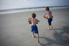 Young Boys bij het Strand Stock Foto