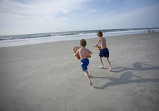 Young Boys bij het Strand Stock Afbeelding