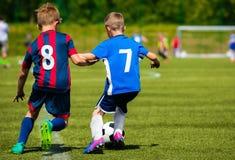 Young Boys che dà dei calci alla partita di calcio Immagini Stock Libere da Diritti