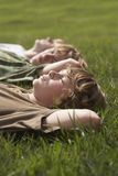 Young Boys détendant sur l'herbe Photos stock