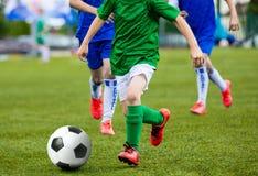 Young Boys embroma a los niños que juegan al juego de fútbol del fútbol Fotos de archivo libres de regalías