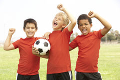 Young Boys in het Vieren van het Team van de Voetbal Stock Afbeelding