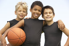 Young Boys im Basketball-Team Lizenzfreies Stockbild