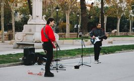 Young Boys jouant la guitare dans des rues de Barcelone photos stock