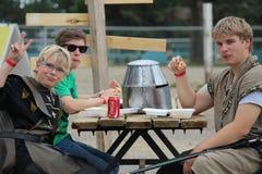 Young Boys mangeant chez le Faire médiéval en ruisseaux Photos stock