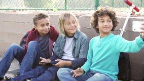 Young Boys prenant Selfie avec le téléphone portable en parc banque de vidéos