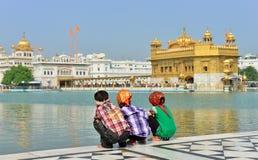 Young Boys que se pone en cuclillas en el templo de oro, Amritsar Imágenes de archivo libres de regalías