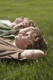 Young Boys que se relaja en hierba Fotos de archivo