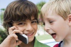 Young Boys utilisant le téléphone portable Images libres de droits