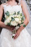 bride holds in her hands her bouquette of white and pink roses o Royalty Free Stock Photos