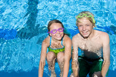 Young brother and sister in swimming pool Stock Photography