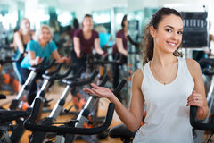 Young brunette in exercise bikes class Royalty Free Stock Photos