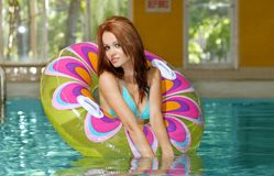 Young brunette woman playing in a swimming pool Royalty Free Stock Photos