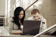 Young business couple using laptop Royalty Free Stock Photos