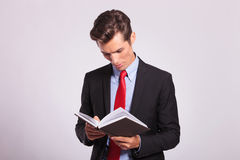 Young business man reading book Royalty Free Stock Photos