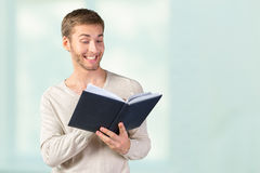 Young business man reading a book Royalty Free Stock Photography