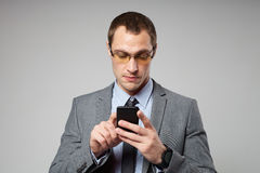 Young business man using a mobile phone Royalty Free Stock Images