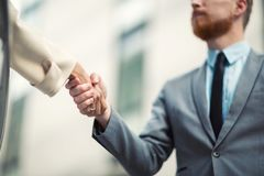 Business people shake hands in front of the office building Royalty Free Stock Photography