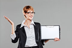 Young business woman holiding a clipboard and smiling to the camera Royalty Free Stock Photography
